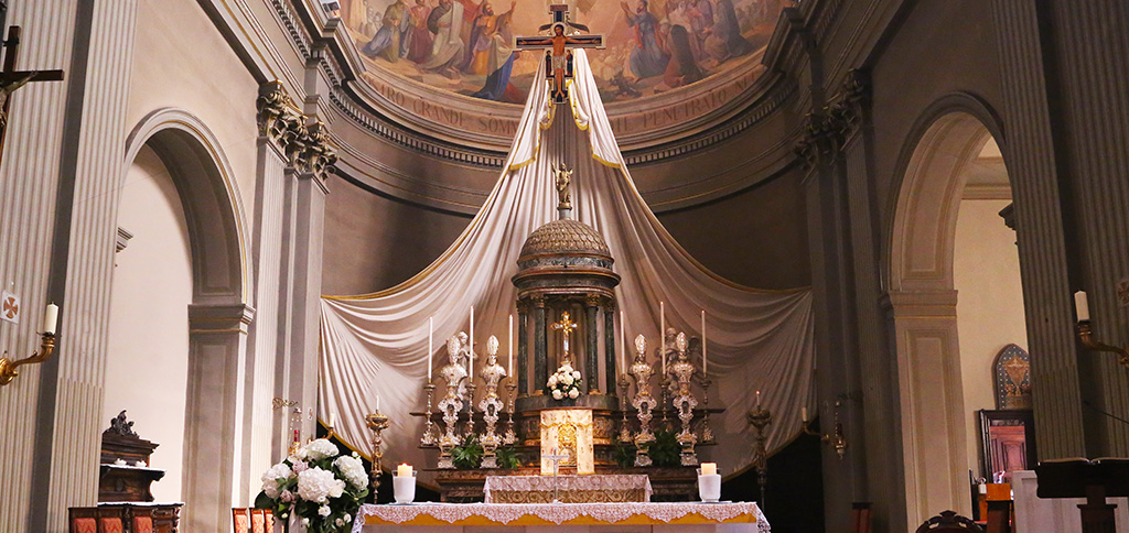 altare-parato-madonna-della-rosa.jpg